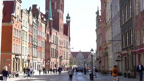 Sikt av den långa gå gatan gdansk poland lager videofilmer