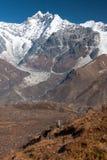 Sikt av den Langtang dalen med Mt Kimshung och Langtang Lirung glaciär i bakgrunden, Langtang, Bagmati, Nepal Arkivfoton