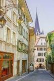 Sikt av den Lausanne domkyrkan i sommar Arkivfoto