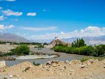 Sikt av den Leh staden med den Shey slotten på långt, Ladakh, Indien Arkivfoto