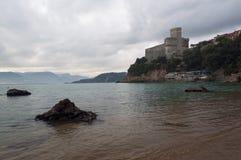 Sikt av den Lerici slotten Arkivbilder