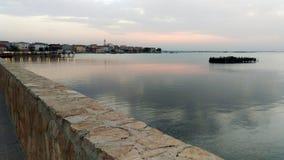 Sikt av den Lesina staden och någon sjö Arkivbild