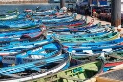 Sikt av den lilla fiskeporten av Setubal med dess typiska blått Royaltyfria Foton