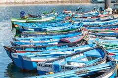Sikt av den lilla fiskeporten av Setubal med dess typiska blått Arkivfoton