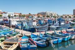 Sikt av den lilla fiskeporten av Setubal med dess typiska blått Arkivbilder