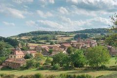 Sikt av den lilla gamla byn in i landskapet, Donzy-le-Pertuis i region av Bourgogne i östliga Frankrike arkivbild