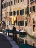 Sikt av den lilla kanalen i Venedig fotografering för bildbyråer