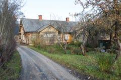 Sikt av den lilla landsstaden av Ligatne, Lettland Royaltyfri Fotografi