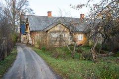 Sikt av den lilla landsstaden av Ligatne, Lettland Royaltyfri Foto