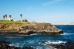 Sikt av den lilla steniga lilla viken, den svarta vulkaniska kusten och Atlanticet Ocean kanariefågelöar spain tenerife Arkivbilder