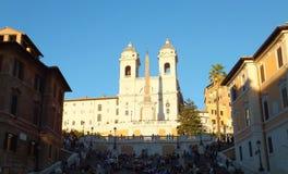 Sikt av den ljust solbelysta kyrkliga Trinita deien Monti mot klar blå himmel uppe på de spanska momenten royaltyfri fotografi
