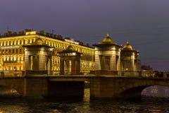 Sikt av den Lomonosov bron och hotellet Rossi St Petersburg Arkivbild