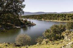 Sikt av den lozoya flod-krökningen i Buitrago, Madrid (Spanien) Arkivfoton