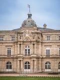 Sikt av den Luxembourg slotten, inom den offentliga trädgården av Luxem royaltyfria foton