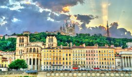 Sikt av den Lyon domkyrkan och basilikan av Notre-Dame de Fourviere france lyon royaltyfri foto