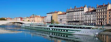 Sikt av den Lyon staden och Saone River Arkivfoto