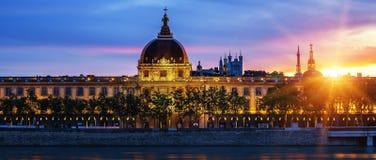 Sikt av den Lyon staden på solnedgången Arkivfoton