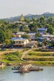 Sikt av den måndag byn och den Chedi phutthakhayaen, Sangkhla Buri, Kanch Royaltyfria Foton