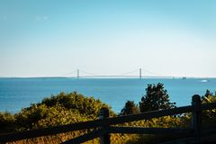 Sikt av den Mackinac bron från de västra bluffarna av den Mackinac ön Arkivbilder