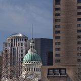 Sikt av den majestätiska gamla domstolsbyggnaden i St Louis royaltyfri foto