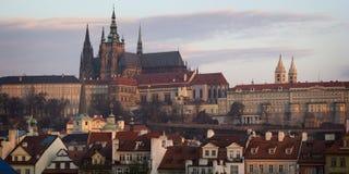 Sikt av den Mala Strana och Prague slotten tidigt på morgonen Pra Royaltyfri Bild