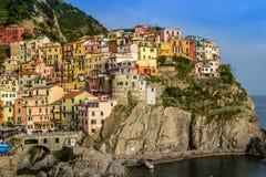 Sikt av den Manarola byn, Cinque Terre, Italien Royaltyfri Bild