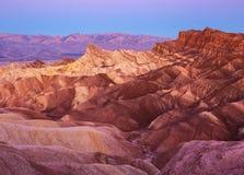 Sikt av den manliga fyren och den röda domkyrkan från Zabriskie punkt på gryning, Amargosa område, Death Valley i den Death Valle Royaltyfria Bilder
