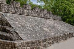 Sikt av den Mayan pyramiden, med den modiga cirkeln för pelota överst royaltyfri fotografi