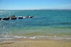 Sikt av den medelhavs- havskusten Royaltyfri Foto