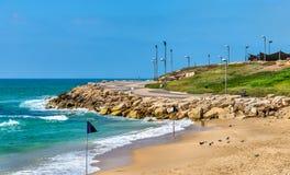 Sikt av den medelhavs- stranden i Tel Aviv Royaltyfria Bilder