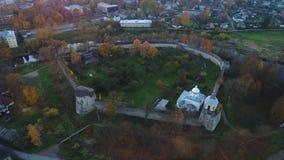 Sikt av den medeltida fästningen i Porkhov, Oktober afton Video för Pskov regionantenn arkivfilmer