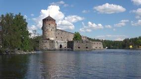 Sikt av den medeltida fästningen Olavinlinna Solig dag i Juli forntida solnedgång för savonlinna för finland fästningolavinlinna stock video