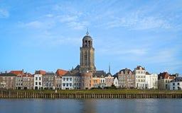 Sikt av den medeltida holländska staden Deventer med den stora kyrkan Royaltyfri Fotografi