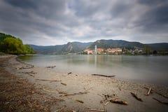 Sikt av den medeltida kloster Duernstein på flodDonauen Wachau dal, lägre Österrike Royaltyfria Bilder