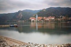 Sikt av den medeltida kloster Duernstein på flodDonauen Wachau dal, lägre Österrike Arkivfoton