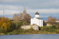 Sikt av den medeltida kyrkan av helgonet Georgy i den molniga eftermiddagen Gammal Ladoga fästning, Ryssland Royaltyfria Foton