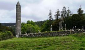 Sikt av den medeltida kyrkogården - dal av Glendalough arkivfoto