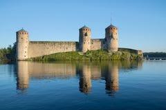 Sikt av den medeltida Olavinlinna fästningen i den Augusti aftonen forntida solnedgång för savonlinna för finland fästningolavinl Fotografering för Bildbyråer