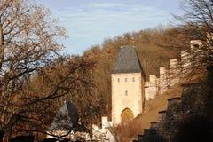 Sikt av den medeltida slotten av bergen och kullarna av Tjeckien Prague Royaltyfria Bilder