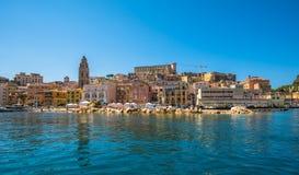 Sikt av den medeltida staden av Gaeta, Lazio, Italien Royaltyfria Bilder