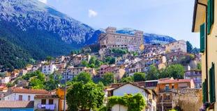 Sikt av den medeltida staden Celano med slotten, landskap av L& x27; Aquila, Fotografering för Bildbyråer