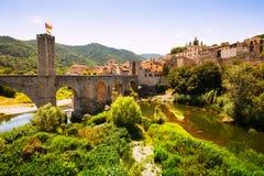 Sikt av den medeltida staden med bron Royaltyfria Bilder