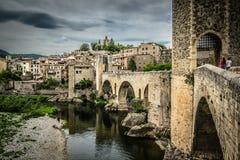 Sikt av den medeltida staden med slotten och bron Arkivbild