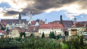 Sikt av den medeltida staden utöver drevväggen Arkivbild