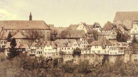 Sikt av den medeltida staden utöver drevväggen retro stil Arkivbild