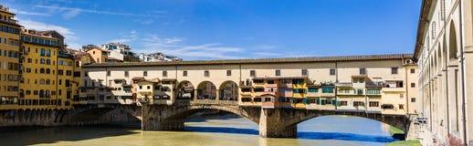 Sikt av den medeltida stenbron Ponte Vecchio och Arno River från Ponten Santa Trinita Holy Trinity Bridge i Florence, Tus Royaltyfri Fotografi