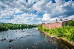Sikt av den Merrimack floden, i i stadens centrum Manchester, nya Hampshi Royaltyfri Bild