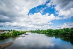 Sikt av den Merrimack floden, i Manchester, New Hampshire Fotografering för Bildbyråer
