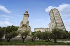Sikt av den Miguel de Cervantes monumentet på plazaen de Espana Royaltyfri Foto