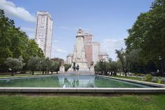 Sikt av den Miguel de Cervantes monumentet på plazaen de Espana Royaltyfri Bild